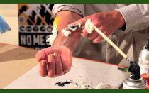 Отмыть засохшую монтажную пену с рук поможет растительное масло, скраб и растворитель