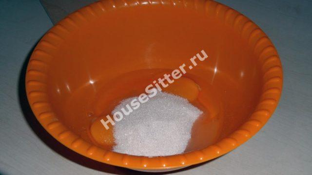 Смешиваем яйца и сахар