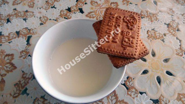 Смачиваем печенье в молоке
