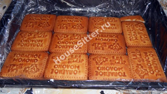 Выкладываем печенье в форму