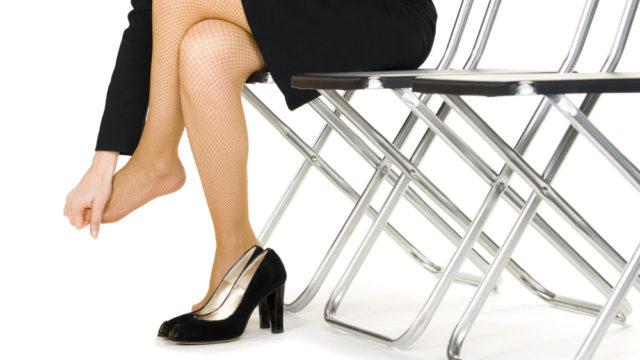 Девушке жмут новые туфли