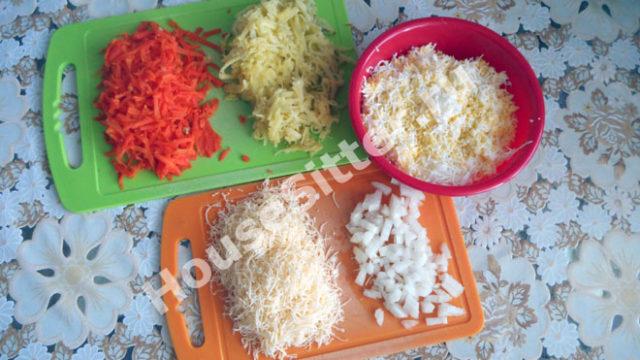 Нарезанные ингредиенты для салата