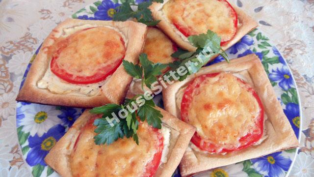 Готовые слойки с сыром и томатом