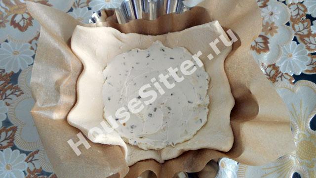 Сыр на квадратике слоеного теста