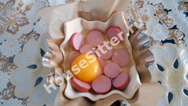 Сосиски и яйцо на квадратике слоеного теста