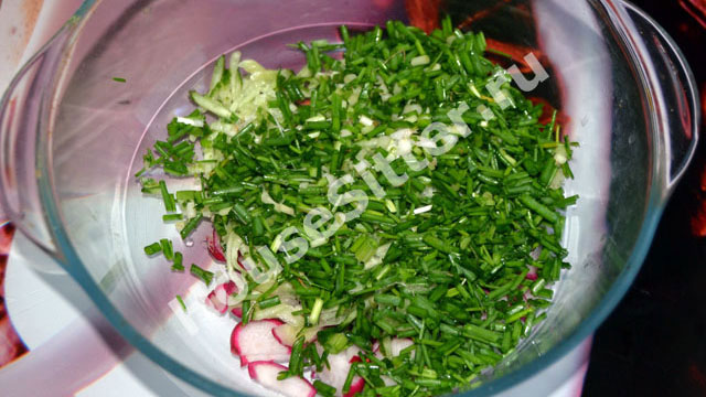 Овощи и зелень в миске