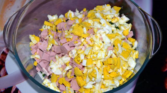 Колбаса и яйца в миске