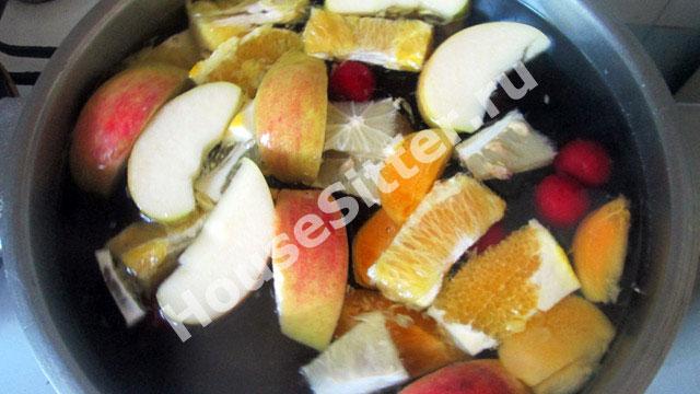 Кусочки фруктов в кастрюле с водой
