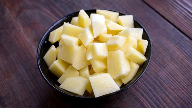 Нарезанная картошка в миске