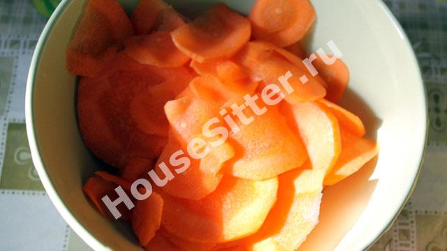 Нарезанная кружками морковь