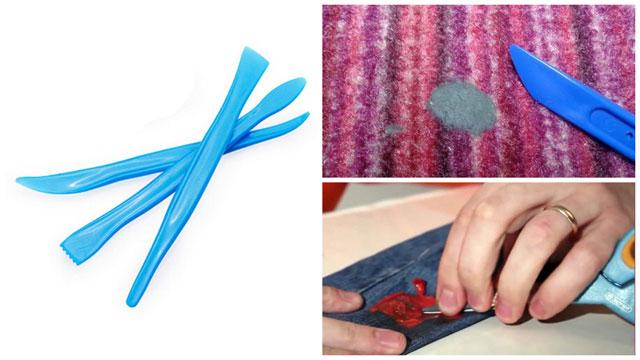 Инструменты для работы с материалом, убираем пластилин с ткани с помощью лопатки и ножниц