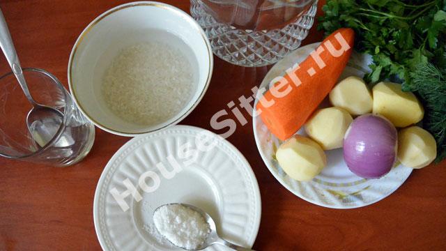 Рис замачивается в воде