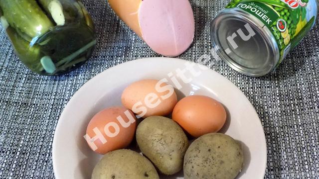 Картошка, яйца, горошек, колбаса, майонез