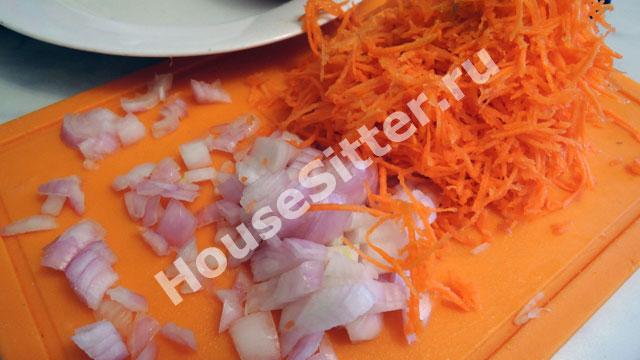 Измельченный лук и морковка