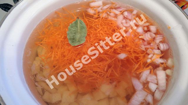Картофель, лук и морковь в  кастрюле