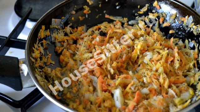 Лук, морковь, чеснок в сковороде