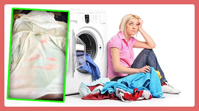 Девушка сидит с грязным бельем у стиральной машины